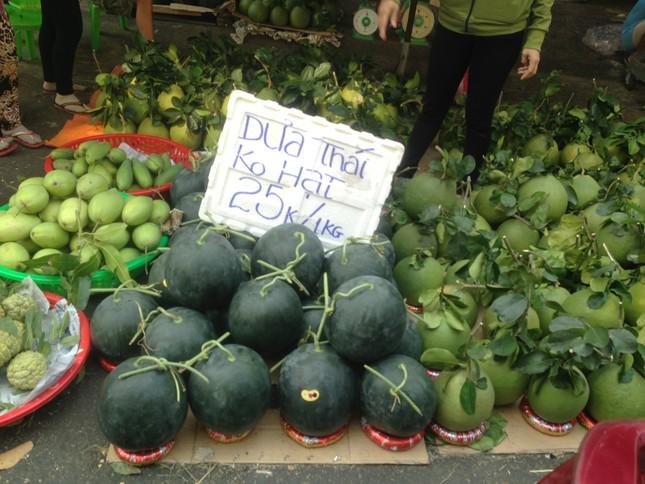 Trái cây 'khổng lồ' gắn mác ngoại bày bán giá rẻ trên vỉa hè Sài Gòn ảnh 12