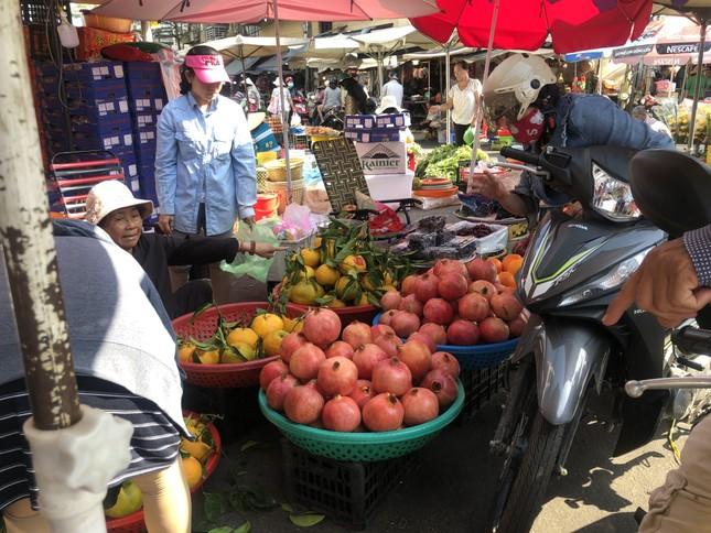 Trái cây 'khổng lồ' gắn mác ngoại bày bán giá rẻ trên vỉa hè Sài Gòn ảnh 6