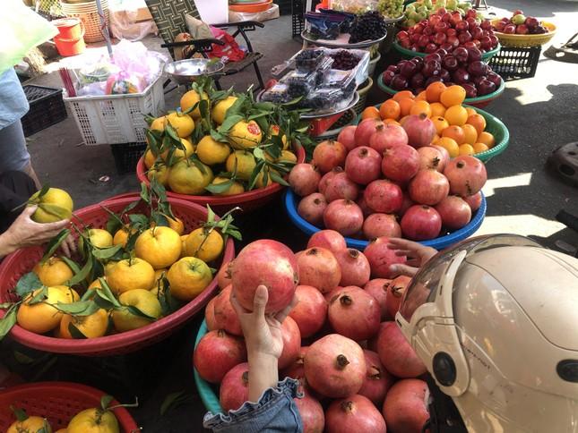 Trái cây 'khổng lồ' gắn mác ngoại bày bán giá rẻ trên vỉa hè Sài Gòn ảnh 3