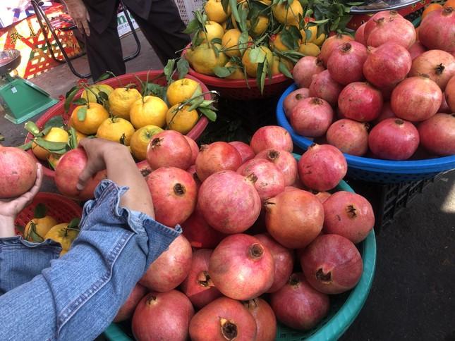 Trái cây 'khổng lồ' gắn mác ngoại bày bán giá rẻ trên vỉa hè Sài Gòn ảnh 2