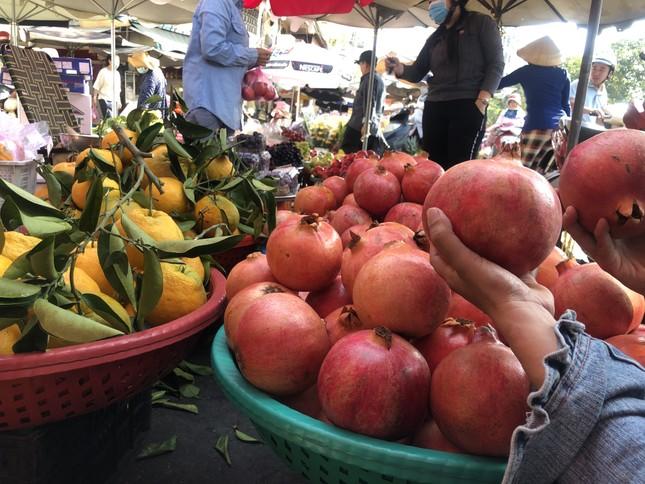Trái cây 'khổng lồ' gắn mác ngoại bày bán giá rẻ trên vỉa hè Sài Gòn ảnh 4