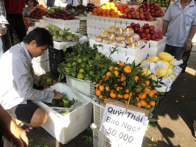 Trái cây 'khổng lồ' gắn mác ngoại bày bán giá rẻ trên vỉa hè Sài Gòn ảnh 13