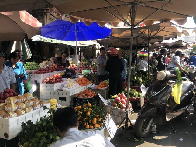 Trái cây 'khổng lồ' gắn mác ngoại bày bán giá rẻ trên vỉa hè Sài Gòn ảnh 1