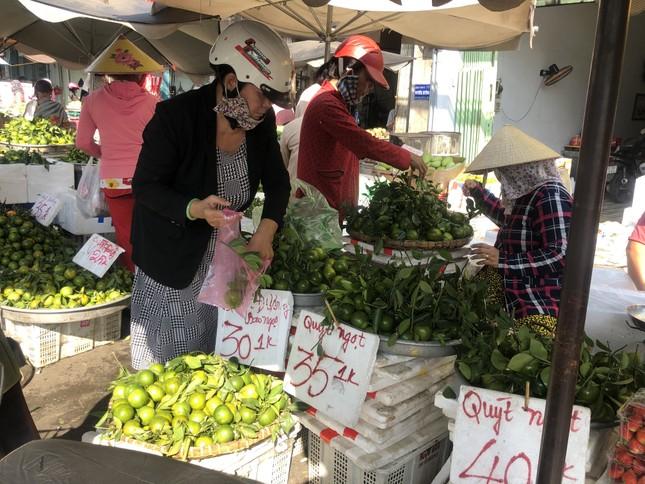 Trái cây 'khổng lồ' gắn mác ngoại bày bán giá rẻ trên vỉa hè Sài Gòn ảnh 16