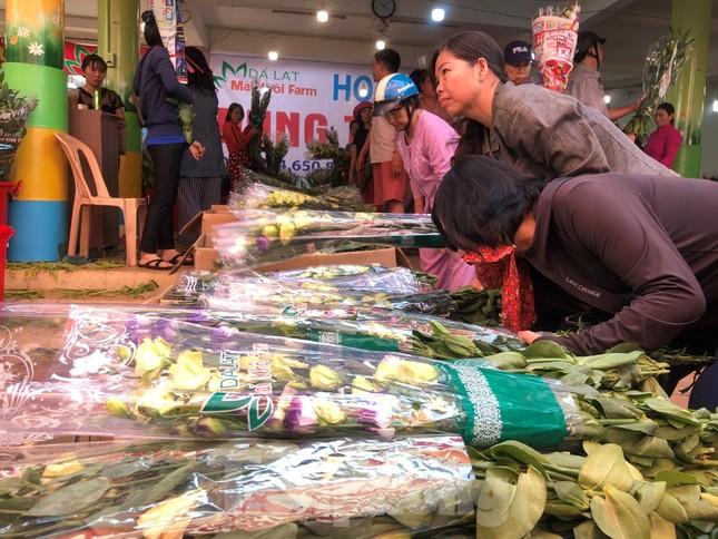 Nghìn nghịt người chen chân ở chợ hoa lớn nhất Sài Gòn ngày cuối năm ảnh 21