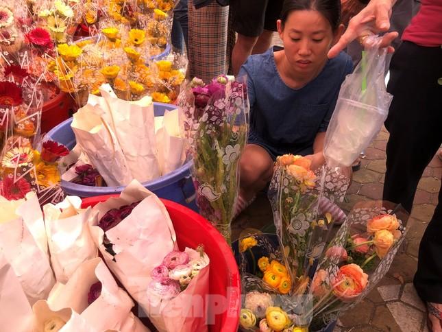Nghìn nghịt người chen chân ở chợ hoa lớn nhất Sài Gòn ngày cuối năm ảnh 16