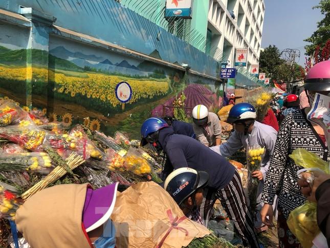 Nghìn nghịt người chen chân ở chợ hoa lớn nhất Sài Gòn ngày cuối năm ảnh 23