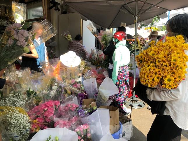 Nghìn nghịt người chen chân ở chợ hoa lớn nhất Sài Gòn ngày cuối năm ảnh 11