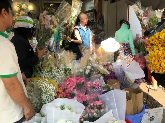 Nghìn nghịt người chen chân ở chợ hoa lớn nhất Sài Gòn ngày cuối năm ảnh 12