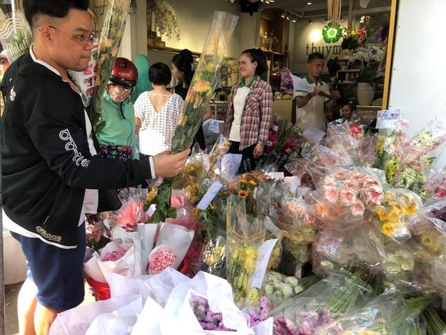 Nghìn nghịt người chen chân ở chợ hoa lớn nhất Sài Gòn ngày cuối năm ảnh 13