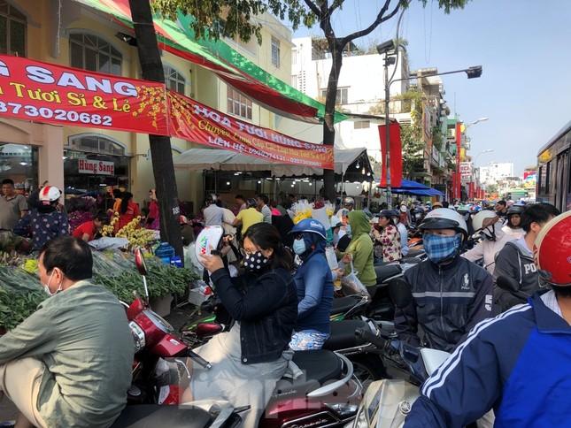 Nghìn nghịt người chen chân ở chợ hoa lớn nhất Sài Gòn ngày cuối năm ảnh 4
