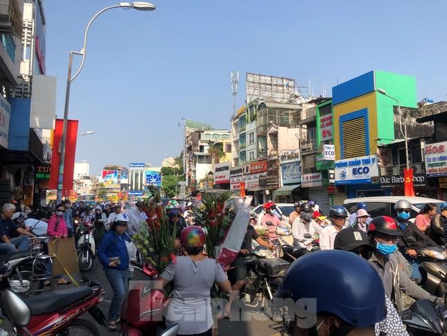 Nghìn nghịt người chen chân ở chợ hoa lớn nhất Sài Gòn ngày cuối năm ảnh 2