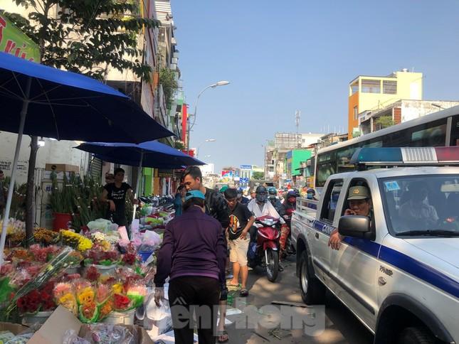 Nghìn nghịt người chen chân ở chợ hoa lớn nhất Sài Gòn ngày cuối năm ảnh 34