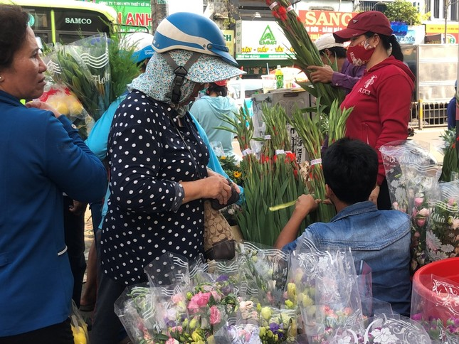 Nghìn nghịt người chen chân ở chợ hoa lớn nhất Sài Gòn ngày cuối năm ảnh 20