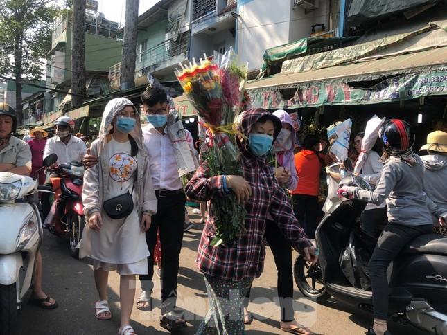 Nghìn nghịt người chen chân ở chợ hoa lớn nhất Sài Gòn ngày cuối năm ảnh 5