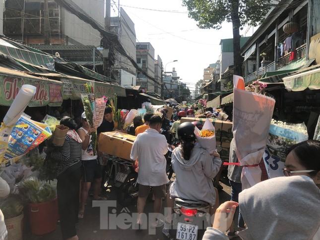 Nghìn nghịt người chen chân ở chợ hoa lớn nhất Sài Gòn ngày cuối năm ảnh 8