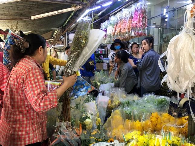 Nghìn nghịt người chen chân ở chợ hoa lớn nhất Sài Gòn ngày cuối năm ảnh 7