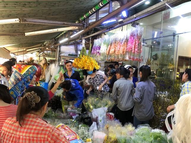 Nghìn nghịt người chen chân ở chợ hoa lớn nhất Sài Gòn ngày cuối năm ảnh 6