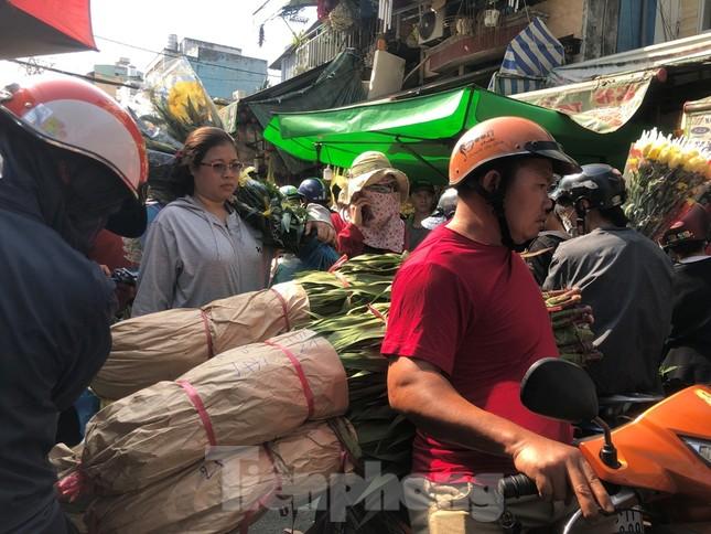 Nghìn nghịt người chen chân ở chợ hoa lớn nhất Sài Gòn ngày cuối năm ảnh 9