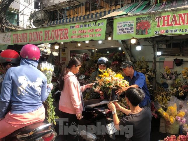 Nghìn nghịt người chen chân ở chợ hoa lớn nhất Sài Gòn ngày cuối năm ảnh 19