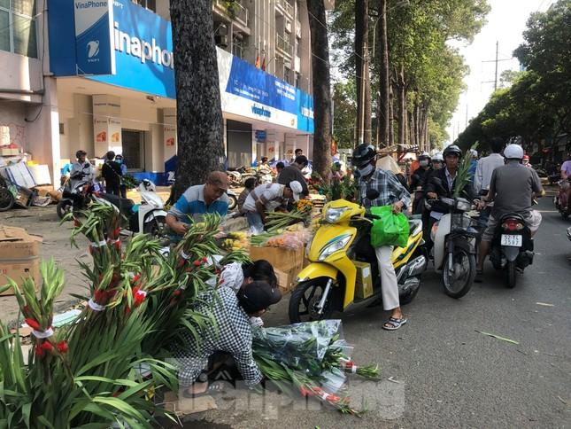 Nghìn nghịt người chen chân ở chợ hoa lớn nhất Sài Gòn ngày cuối năm ảnh 25