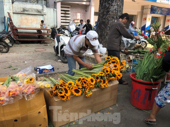 Nghìn nghịt người chen chân ở chợ hoa lớn nhất Sài Gòn ngày cuối năm ảnh 26