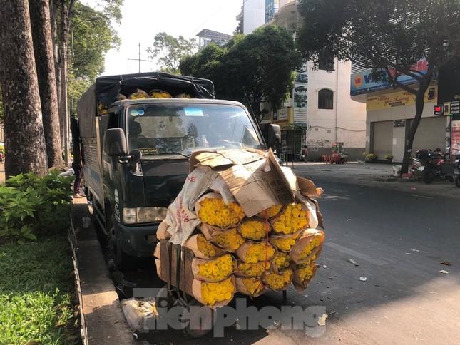 Nghìn nghịt người chen chân ở chợ hoa lớn nhất Sài Gòn ngày cuối năm ảnh 24