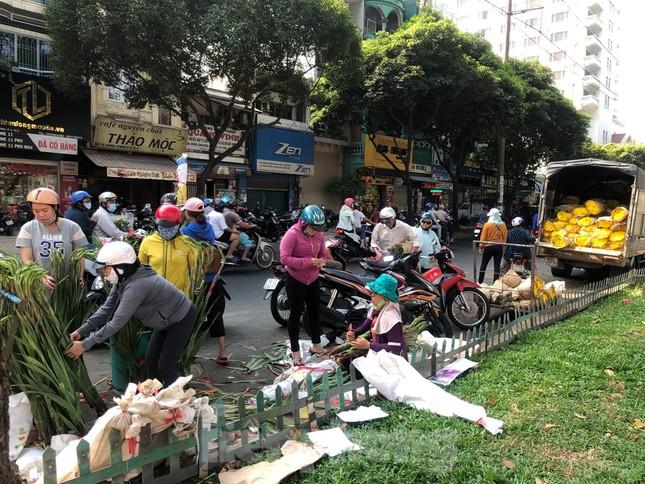 Nghìn nghịt người chen chân ở chợ hoa lớn nhất Sài Gòn ngày cuối năm ảnh 27