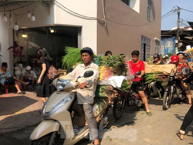 Nghìn nghịt người chen chân ở chợ hoa lớn nhất Sài Gòn ngày cuối năm ảnh 28