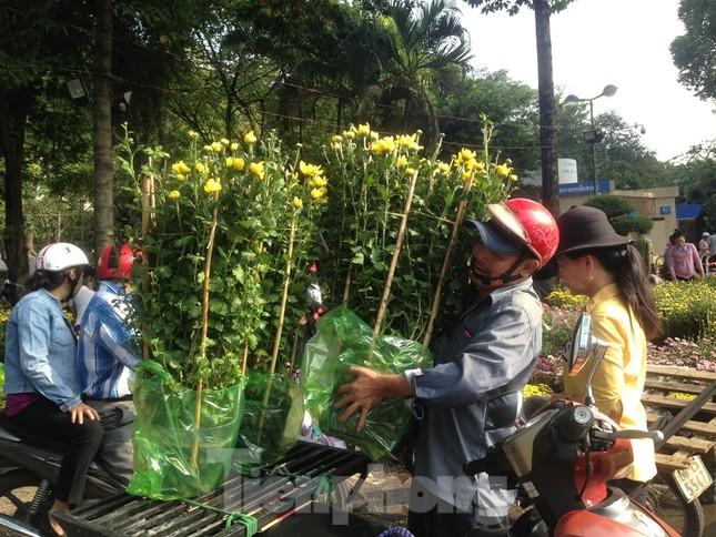 29 tết ở Sài Gòn: Đào bung sắc, sức mua rất chậm ảnh 10
