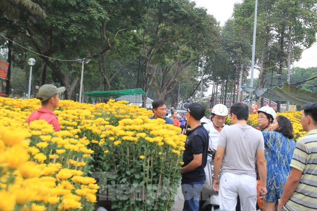 29 tết ở Sài Gòn: Đào bung sắc, sức mua rất chậm ảnh 16