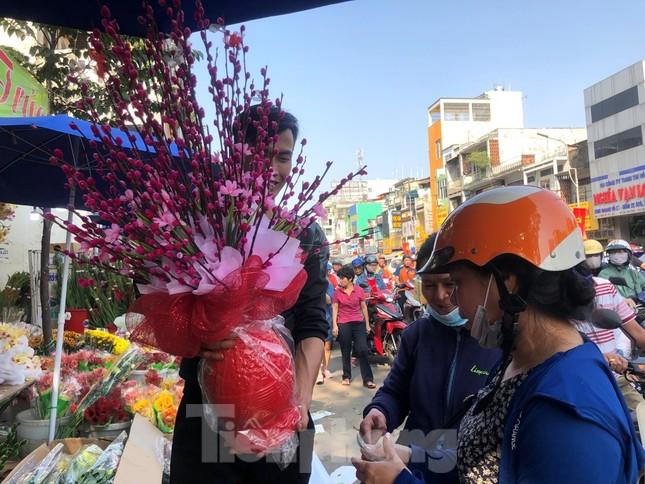 29 tết ở Sài Gòn: Đào bung sắc, sức mua rất chậm ảnh 18