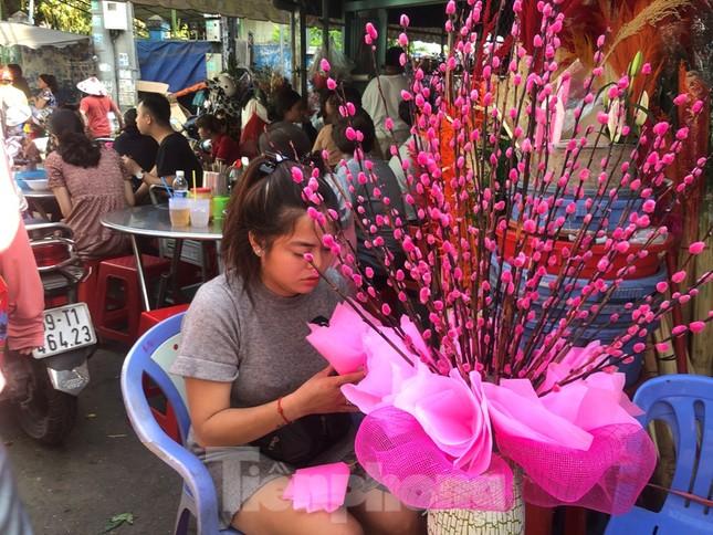 29 tết ở Sài Gòn: Đào bung sắc, sức mua rất chậm ảnh 20