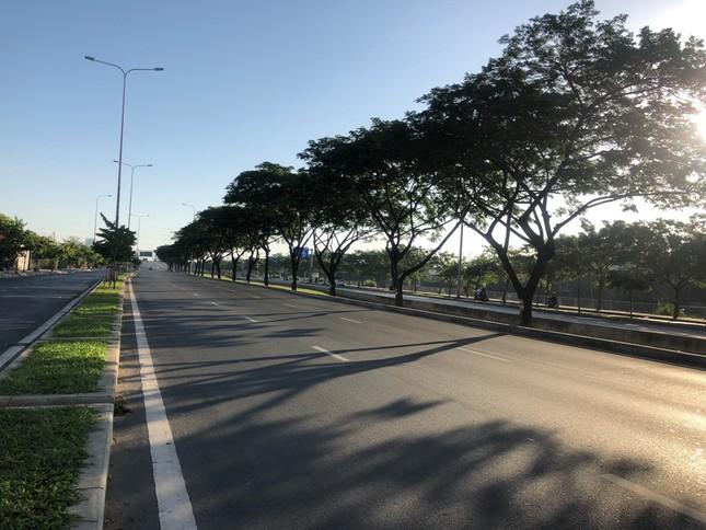 """Sài Gòn """"đẹp dịu dàng"""" sáng mùng 1 tết ảnh 17"""