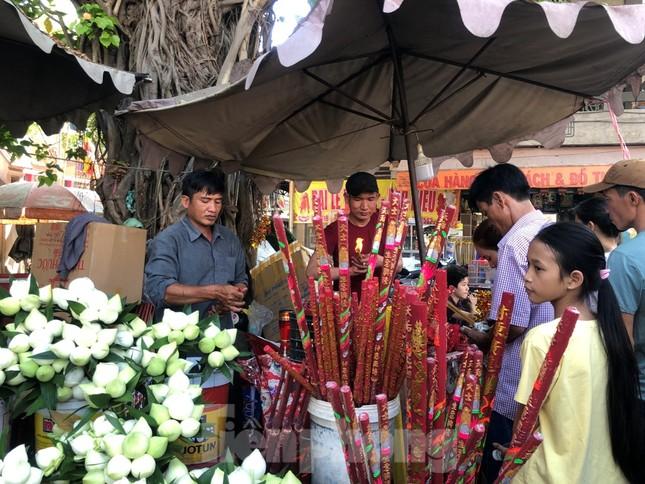 Người Sài Gòn chen chân đi lễ, đường vào chùa kẹt cứng ảnh 9