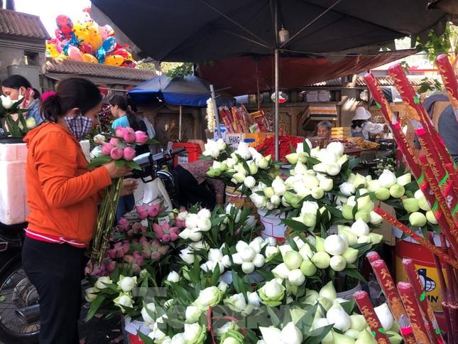 Người Sài Gòn chen chân đi lễ, đường vào chùa kẹt cứng ảnh 10