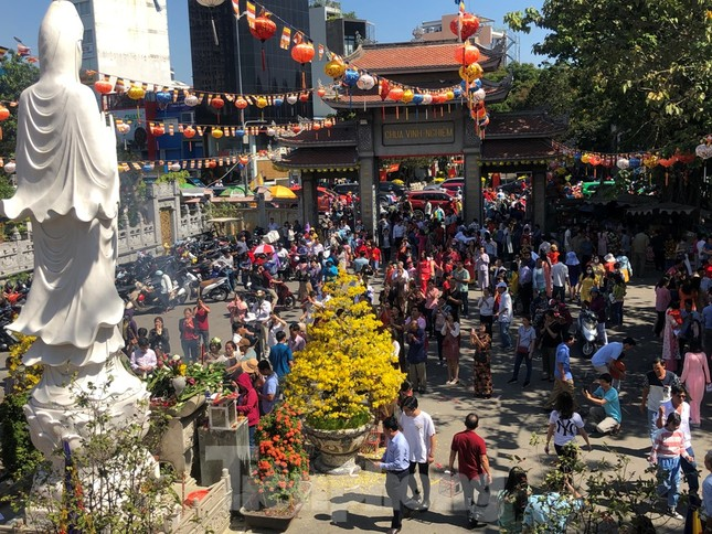 Người Sài Gòn chen chân đi lễ, đường vào chùa kẹt cứng ảnh 2