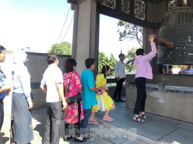 Người Sài Gòn chen chân đi lễ, đường vào chùa kẹt cứng ảnh 13