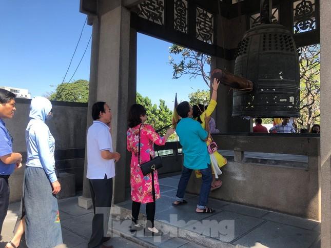 Người Sài Gòn chen chân đi lễ, đường vào chùa kẹt cứng ảnh 12