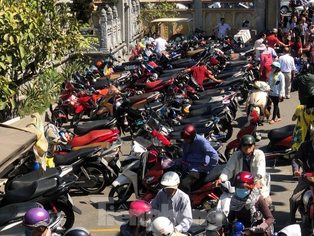 Người Sài Gòn chen chân đi lễ, đường vào chùa kẹt cứng ảnh 20