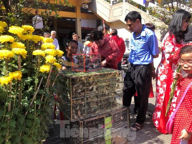 Người Sài Gòn chen chân đi lễ, đường vào chùa kẹt cứng ảnh 14