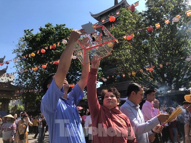 Người Sài Gòn chen chân đi lễ, đường vào chùa kẹt cứng ảnh 15