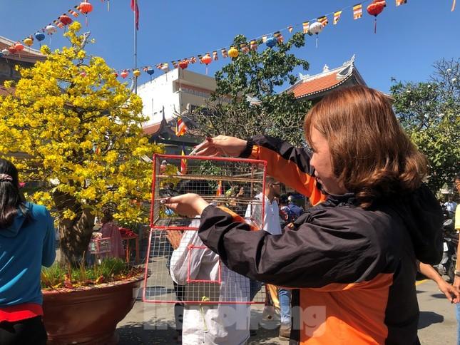 Người Sài Gòn chen chân đi lễ, đường vào chùa kẹt cứng ảnh 16