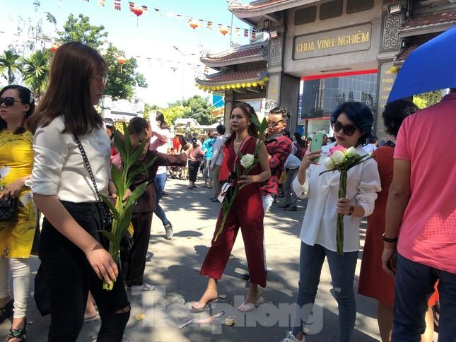 Người Sài Gòn chen chân đi lễ, đường vào chùa kẹt cứng ảnh 17