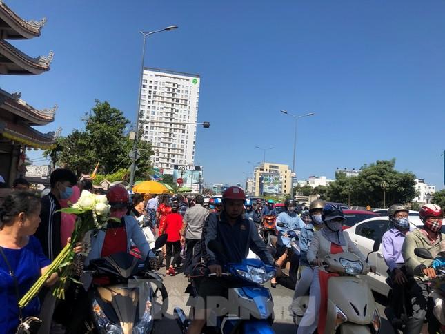 Người Sài Gòn chen chân đi lễ, đường vào chùa kẹt cứng ảnh 19