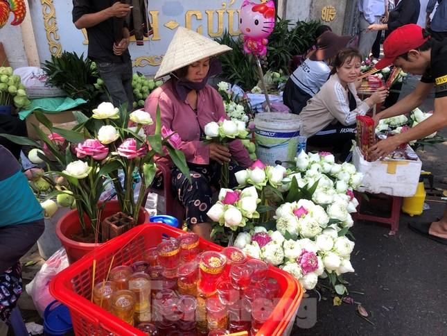 Người Sài Gòn chen chân đi lễ, đường vào chùa kẹt cứng ảnh 11
