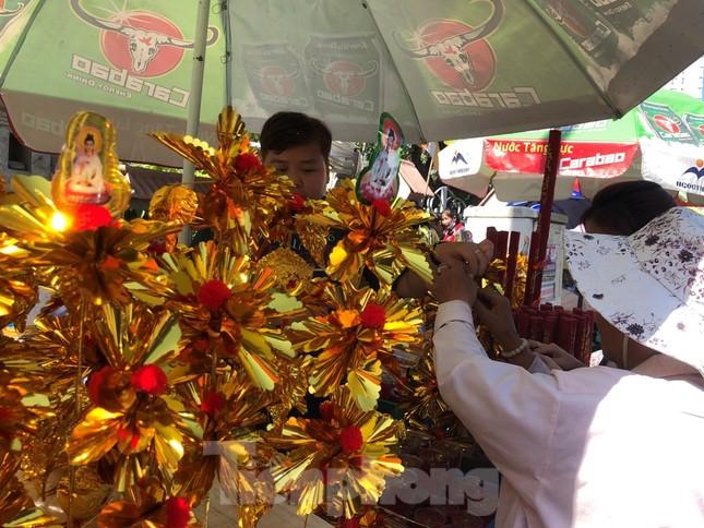 Người Sài Gòn chen chân đi lễ, đường vào chùa kẹt cứng ảnh 8