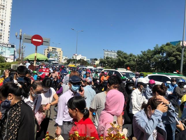 Người Sài Gòn chen chân đi lễ, đường vào chùa kẹt cứng ảnh 18