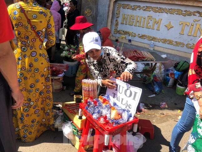Người Sài Gòn chen chân đi lễ, đường vào chùa kẹt cứng ảnh 7
