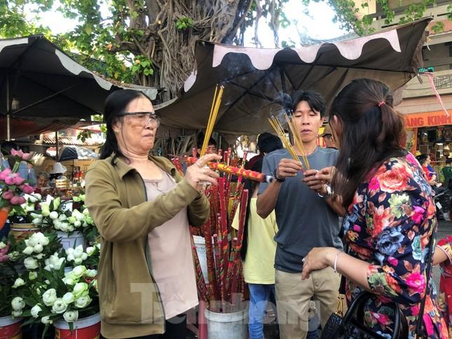 Người Sài Gòn chen chân đi lễ, đường vào chùa kẹt cứng ảnh 5